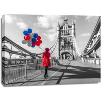 Assaf Frank - Tourist with colorful balloons on Tower Bridge, London, UK